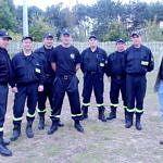 Grupa strażaków stoi