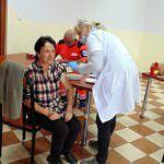 Kobieta podczas szczepienia