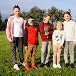 Grupa dzieci pozujących do zdjęcia