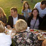 Mieszkańcy - w tym wójt gminy - siedza przy stole piknikowym