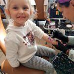 mała dziewczynka podczas malowania tzw. tatuażu na rączce