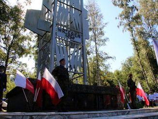 Pomnik na Górach BorowskichStraż żołniersak i biało-czerwone flagi