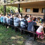Młodzi wędkarze podczas posiłku