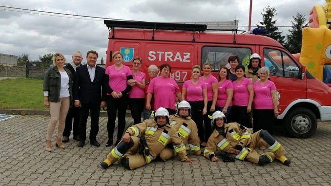 Panie z KGW Blizin z wójtem , sołtys przed wozem strażackim ze strażakami