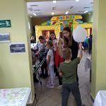 Dzieci podczas zabawy balonami