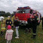 Dzieci przy samochodzie strażackim