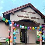 Wejście do Domu Ludowego w Pawłowie Górnym ozdobione balonami