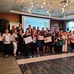 Grupa członkim KGW buirących udział w konkursie z dyplomami i nagrodami