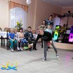 dzieci podczas zabaw i konkursów w budynku DL