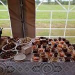 Napoje, słodkości i przekąski przygotowane dla uczestników festynu