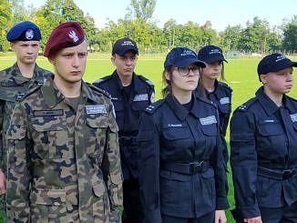Grupa sześciorga młodych ludzi w mundurach
