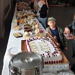 Stół zastawiony różnymi potrawami i przekaskami
