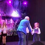 Wójt gminy i przedstawiciele organizatorów wręczają dzieciom dyplomy, nagrody wyróżnienia