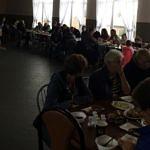 Ludzie przy stołach
