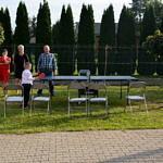 Dzieci grają w tenisa stołowego