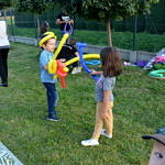 Dzieci z mieczami z balonów