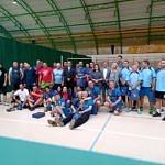 Zdjęcie grupowe uczestników turnieju w strojach sportowych