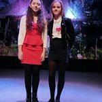 Dwie dziewczynki na scenie
