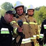 Przegląd gotowości jednostek OSP z terenu gminy Wola Krzysztoporska - strażacy, samochody, sprzęt ratowniczy sprawdzane przez komisję i wójta gminy - kamera termowizyjna