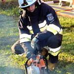 strażak odpala piłę spalinową