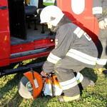 strażak odpala piłę
