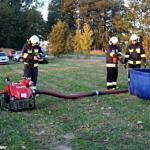strażacy przy pompie