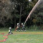 strażacy podają wodę