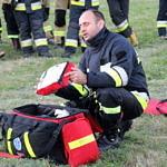 prezentacja podstawowych elementów pierwszej pomocy przez strażaka ratownika - torba i jej wyposażenie, deska, nosze