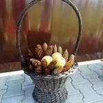 jesienny kosz z jabłkami i szyszkami