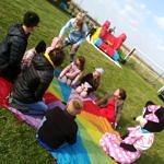 Dzieci na tęczowym kole podczas integracji