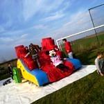 dzieci na kolorowej zjeżdżalni i żywa maskotka Myski Miki