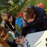 Dzieci podczas malowania tatuaży