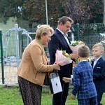 Dzieci wręczają kwiaty księdzu, wójtowi i przewodniczącej RG