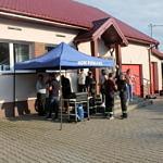 Mieszkańcy przy Grillu pod niebieskim namiotem przed Domem Ludowym