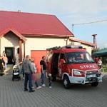 Dzieci i dorośli oglądają wóz strażacki