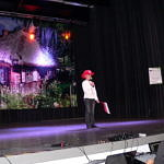 chłopiec w czerwonym kapeluszu na scenie
