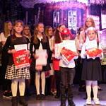 Dzieci z nagrodami na scenie