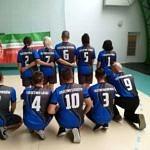 Drużyna z Woli Krzysztoporskiej w niebieskich srojach z herbem gminy - wszyscy odwróceni plecami prezentuj poszczególne sołectwa na koszulkach
