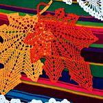 Wystawa rękodzieła - m.in. szydełkowe serwetki w kształcie jesiennych liści