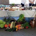 Stół zastawiaony potrawami wykonanymi przez panie z sołectwa Krzyżanów - przekąski, przetwory, ciasta itp.