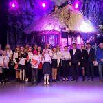 Zdjęcie grupowe na scenie uczestników i oragnizatorów przeglądu