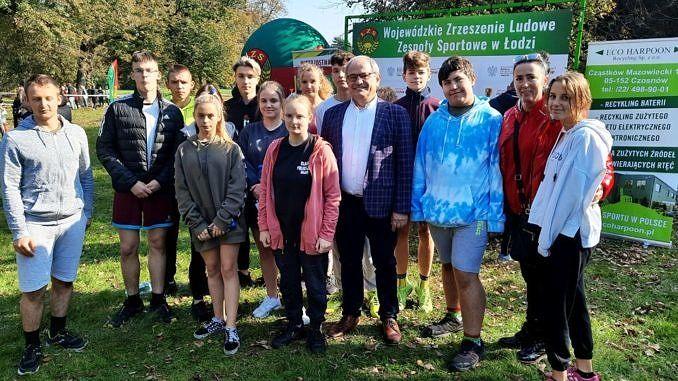 Grupa młodych biegaczy z opiekunami