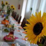 udekorowany słonecznikami stół