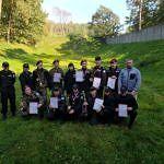Młodzież nagrodzona z dyplomami i z opiekunami