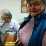 """Kobieta prezentuje książkę """"Krioterapia. To warto wiedzieć"""""""
