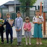 Dzieci z kwiatami i mikrofonem