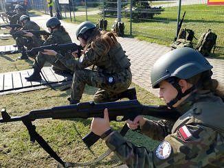Uczniowie z Bujen podczas próby strzelania