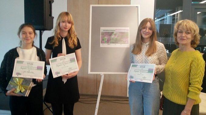 Trzy dziewczyny z dyplomami i nauczycielka