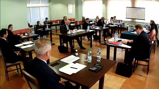 Radni i władze gminy Wola Krzysztoporska podcza sesji = siedza przy stolikach