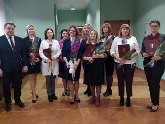 Zdjęcie grupowe dyrektorów szkół i wójta